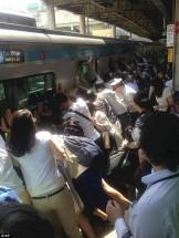 電車とホームの間に挟まれた女性を助ける乗客たちの画像(ラカタンさんからお借りしました。)